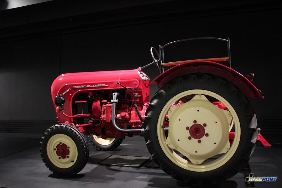 """Трактор Porsche Schlepper """"Standart 218"""" 1959 г. в. Двигатель 2 цил., объем 1644 куб см, мощность 25 л. с., макс. скорость 20 км/ч"""