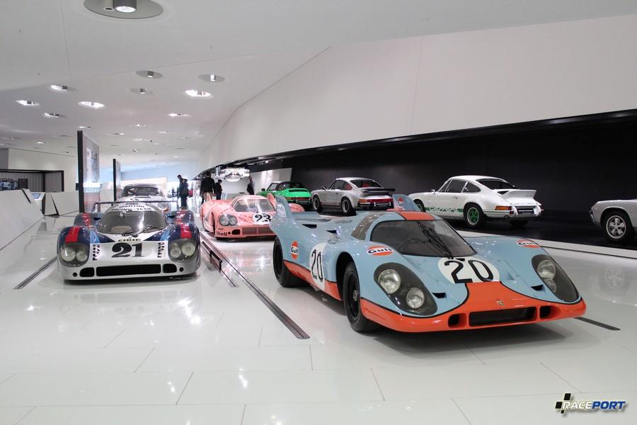 Справа Porsche 917 KH Coupe 1970 г. в. Двигатель V12 цил. (180 град.), объем 4907 куб см, мощность 630 л. с., макс. скорость 360 км/ч