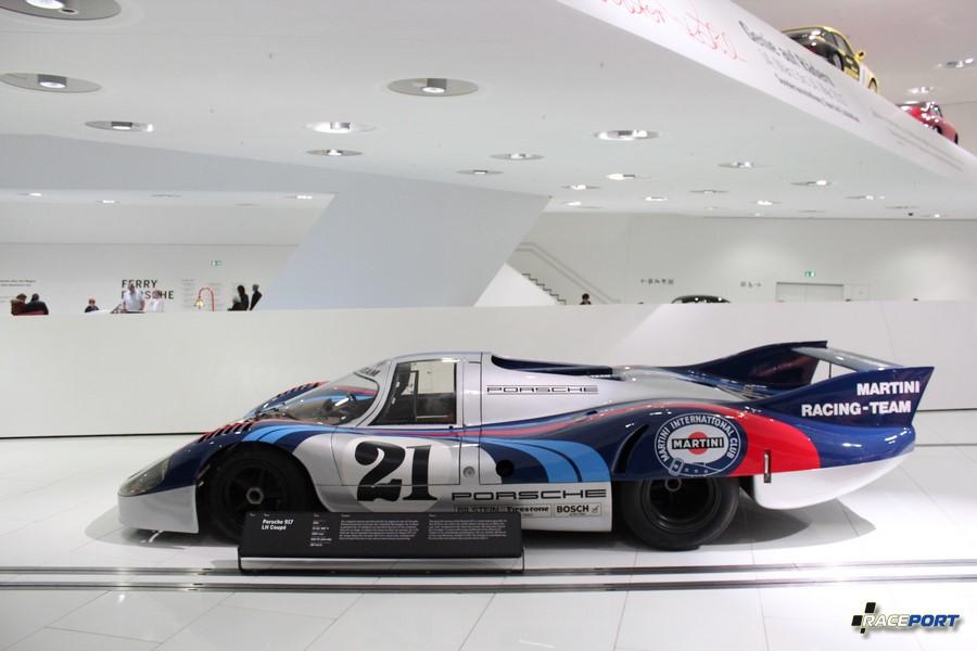 Справа Porsche 917 LH Coupe 1971 г. в. Двигатель V12 цил. (180 град.), объем 4907 куб см, мощность 600 л. с., макс. скорость 387 км/ч
