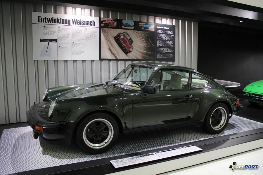 Porsche 911 Turbo 3.0 1976 г. в. Двигатель оппозитный 6 цил., объем 2994 куб см, мощность 260 л. с., макс. скорость 250 км/ч, вес 1140 кг