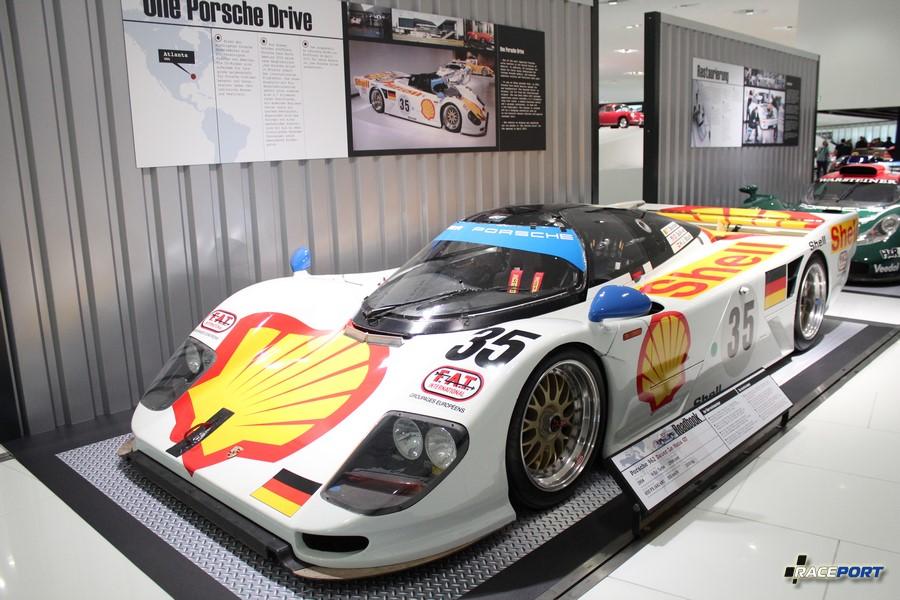 Porsche 962 Dauer Le Mans GT 1994 г. в. Двигатель турбированный 6 цил., объем 2994 куб см, мощность 600 л. с., макс. скорость 365 км/ч, вес 1000 кг