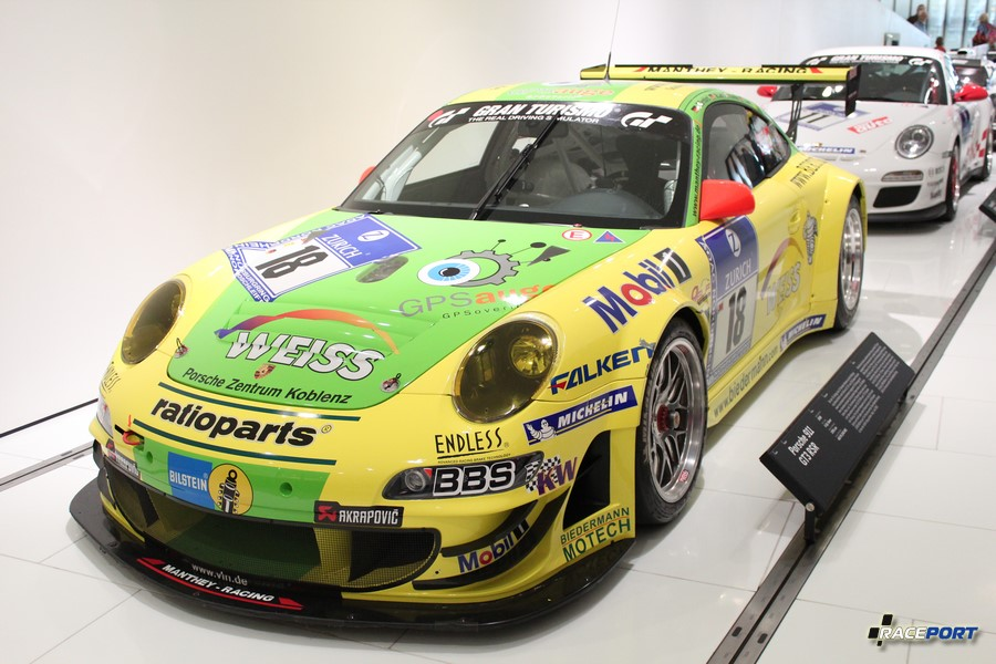 Porsche 911 GT3 RSR 2008 г. в. Двигатель оппозитный 6 цил., объем 3795 куб см, мощность 465 л. с.