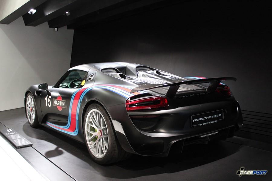 Porsche 918 Spyder 2014 г.в. Двигатель V8 цил., объем 4593 куб см, мощность 887 л. с., макс. скорость 345 км/ч. На информационной табличке гордая надпись Северная петля 6:57
