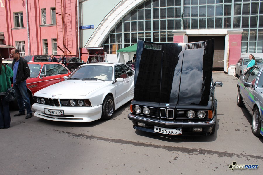 BMW E24 - слева экземпляр Kago Motorsport с двигателем S38