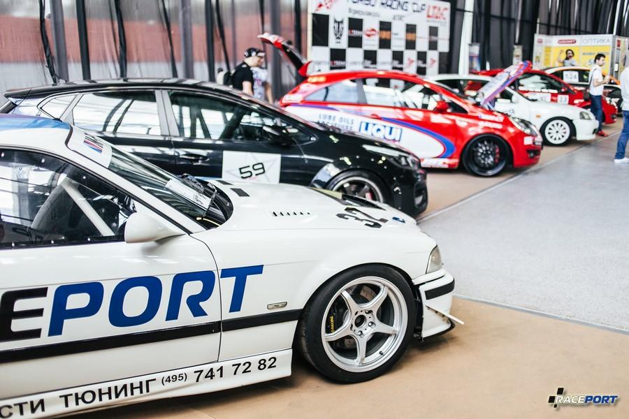 Единственный угол гоночных автомобилей на выставке