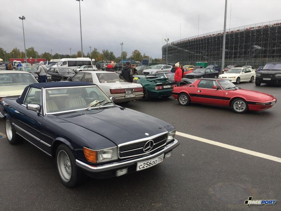 На переднем плане Mercedes W107 с интересной историей покупки, на заднем плане Lotus Esprit зеленого цвета и Fiat X 1/9