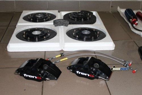 Комплект полностью карбоновых тормозных дисков и колодок. Мы первые в России поставили эти невесомые комплектующие.