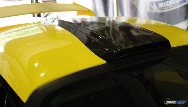 Гребень по крыше всего автомобиля оставили естественного для карбона цвета.