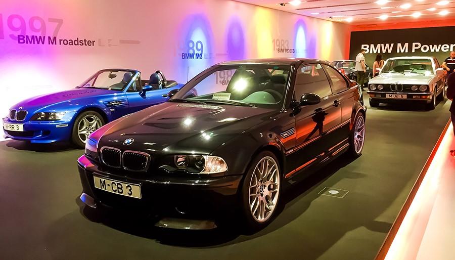 Мюнхенcкий музей BMW, зал посвященный BMW M Power. В помещении стоит черный M3 CSL и рядом отдельно представлена крыша от него из углеволокна