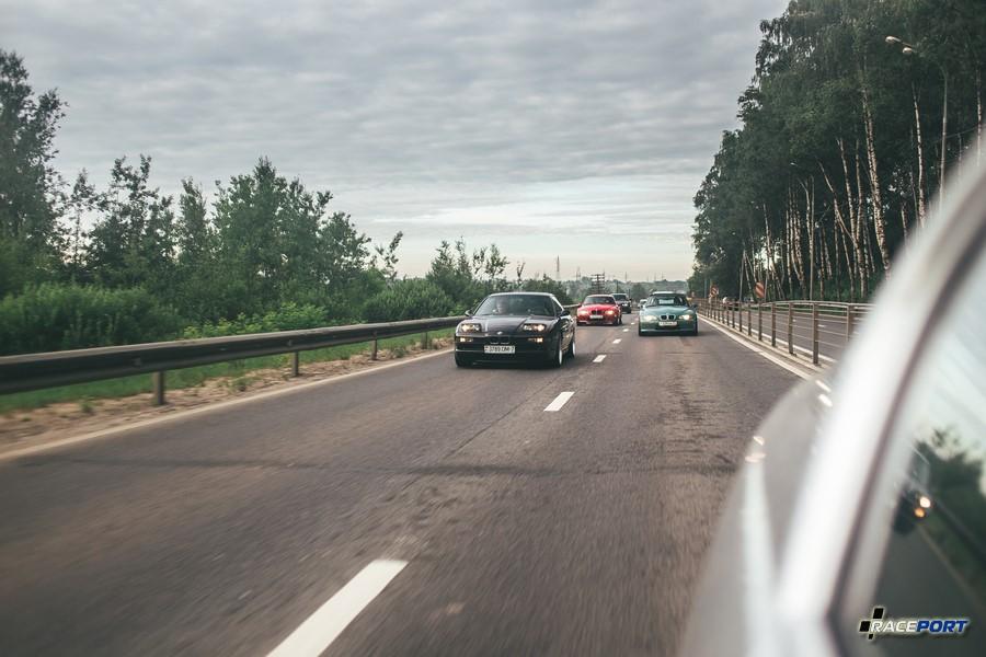 Автомобили из коллекции компании Рейспорт по дороге на фестиваль
