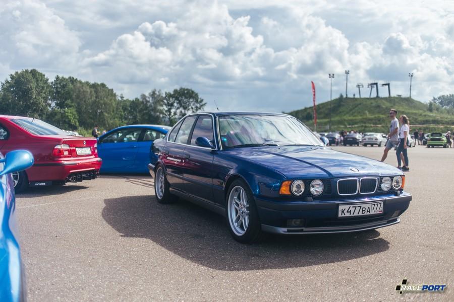 BMW M5 E34 в очень приличном состоянии, искренне рады за девушку чей автомобиль