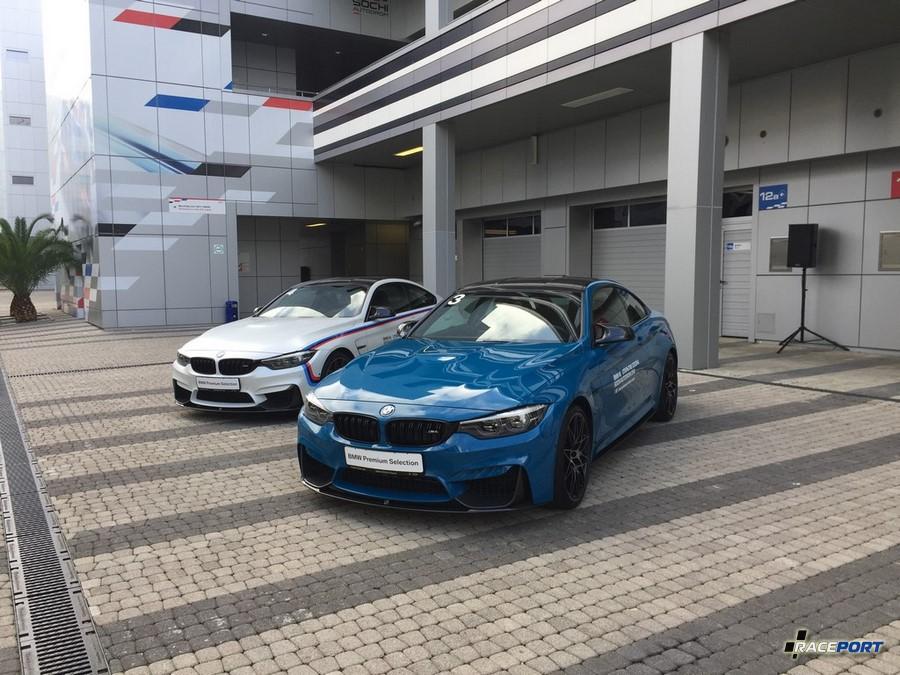 Во внутреннем дворике перед шоурумом эффектно стояли машины школы BMW