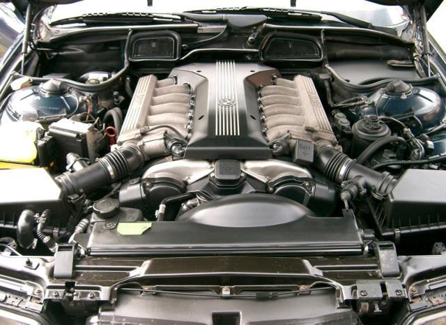 на фото - 750i 1998 года с мотором M73B54.