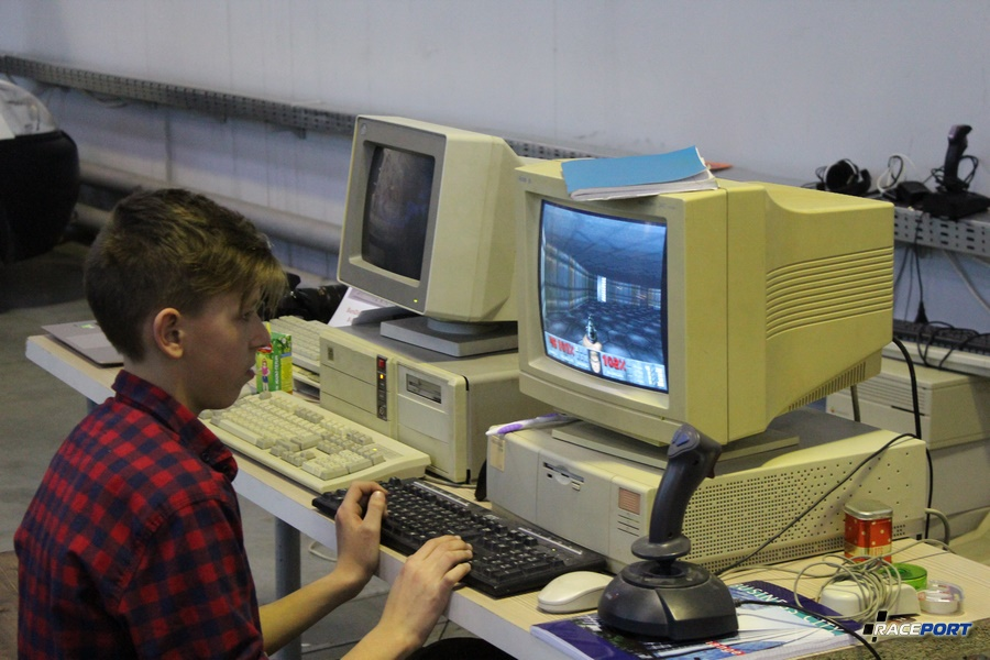 Помимо автомобилей на выставке представлены предметы, кажется, совсем недавних лет. Персональные компьютеры - PC 1990х годов и игра DOOM.