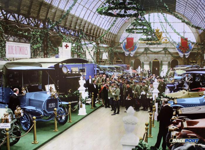 Николай II со свитой на автосалоне