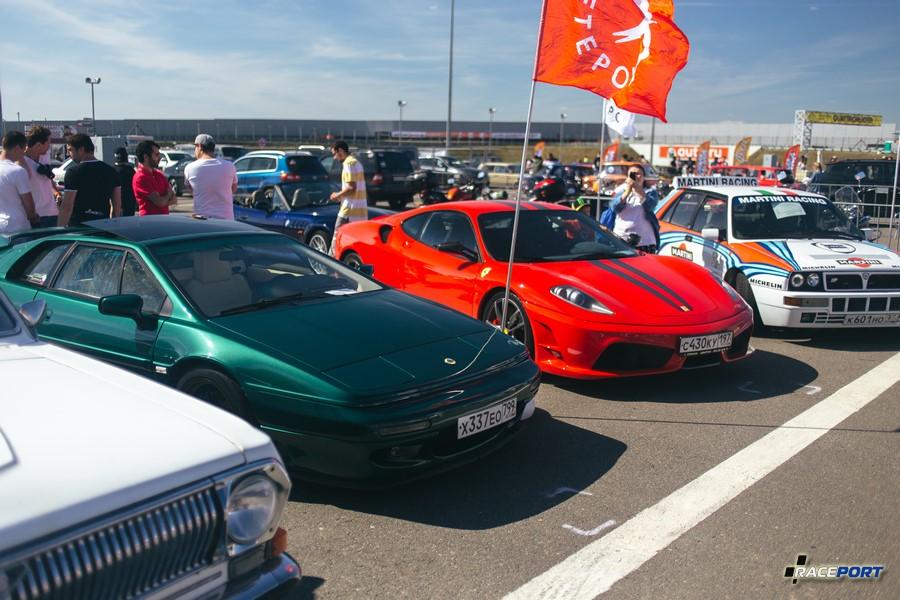 Англичанин в классическом цвете с итальянцами Ferrari F430 Scuderia и Lancia Delta