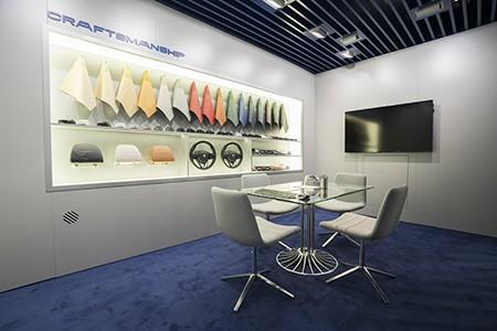 Стенд с выбором материалов интерьера на выставке во Франкфурте