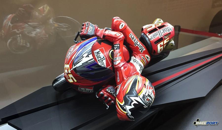 Необычная статуэтка шоссейного мотоциклиста