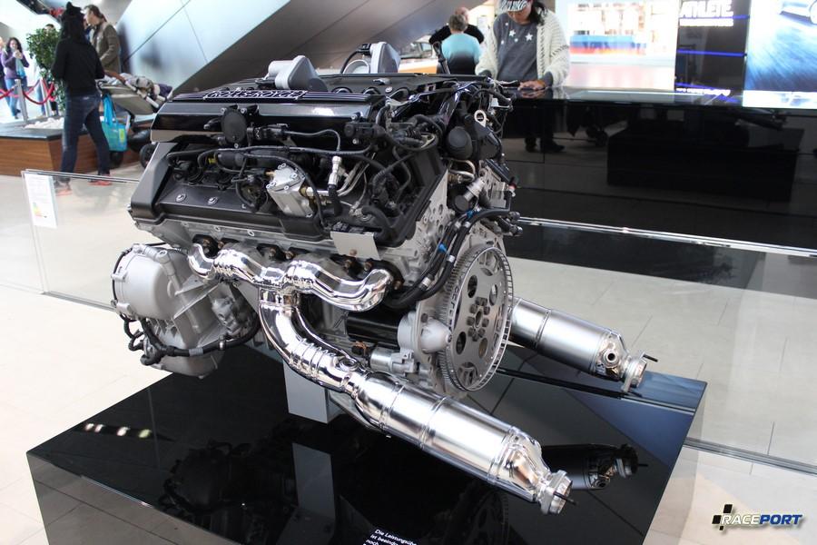 Силовая установка от Роллс Ройса. Моторист компании Рейспорт уже перебирал подобный двигатель в 2016 году.