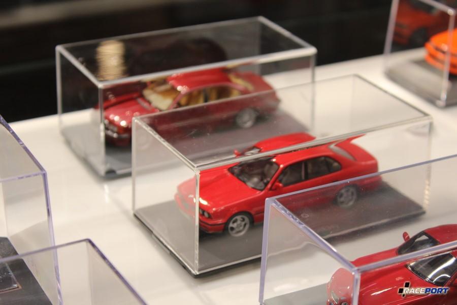 Увидел Е38, но не лонг и не оксфордгрин. Кстати достаточная редкость в масштабе 1:43 это BMW M5 E34 на фото.