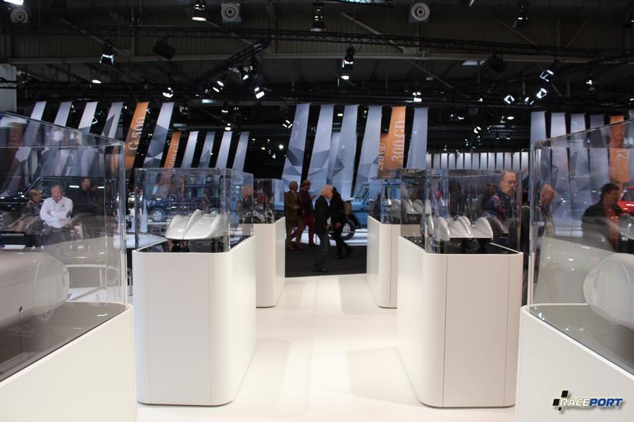 Стенд макетов посвященных покорению скорости марки Мерседес Бенц