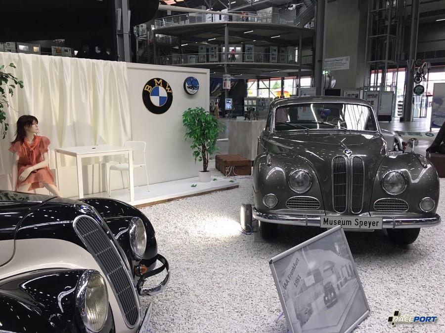На фото снизу стенд BMW 1951 года во Франкфурте, нынешня экспозиция в музее точно копирует демонстрацию тех лет.