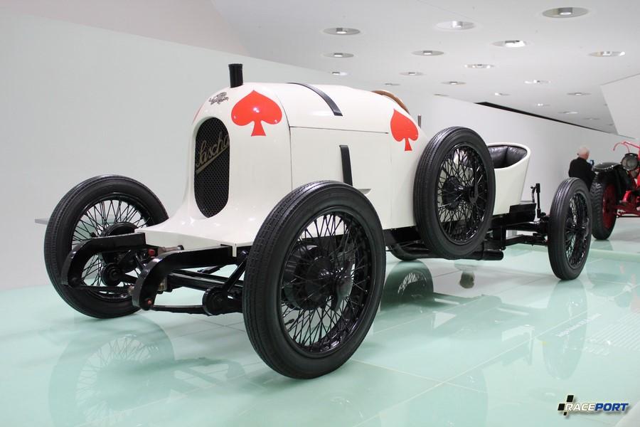 Двигатель 4 цил., 1089 куб см, 45 л. с. Максимальная скорость 144 км/ч