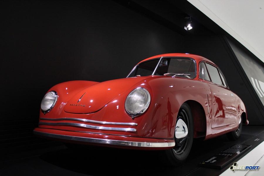 Porsche 356/2 1948 г. в. Двигатель оппозитный 4 цил., объем 1086 куб см, мощность 40 л. с., макс. скорость 140 км/ч
