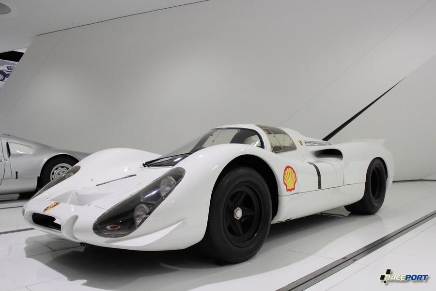 Porsche 908 KH 1967 г.в. Двигатель оппозитный 8 цил., объем 2997 куб см, мощность 350 л. с., макс. скорость 320 км/ч. Победитель 1000 км гонки Нюрбургринга