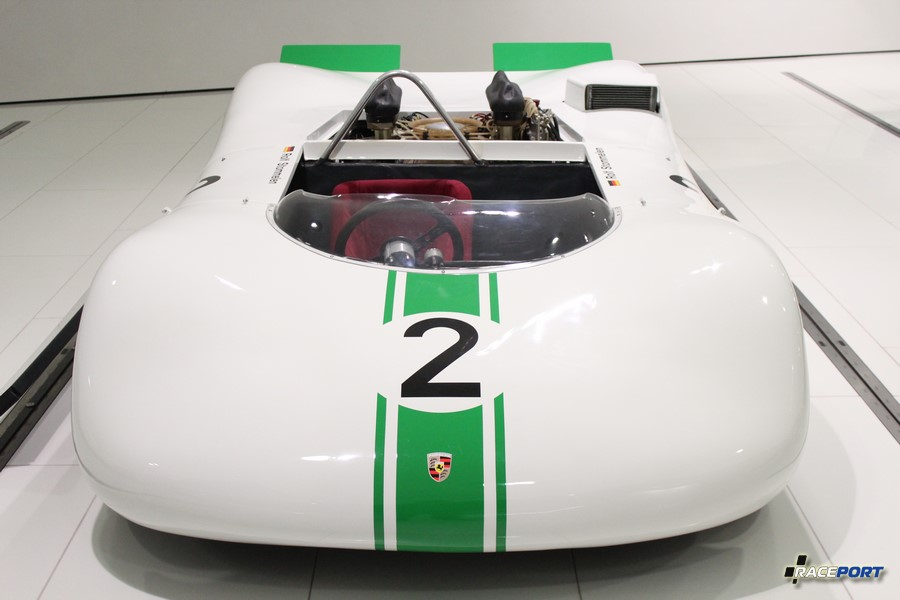 Porsche 909 Bergspyder 1968 г.в. Двигатель оппозитный 8 цил., объем 1981 куб см, мощность 275 л. с., макс. скорость 250 км/ч
