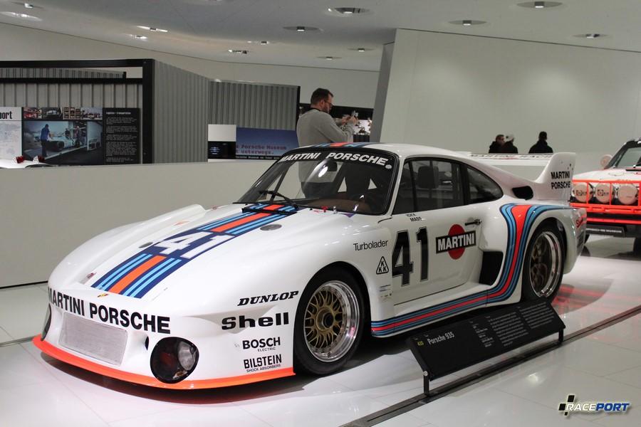 Porsche 935 1977 г. в. Двигатель турбированный оппозитный 6 цил., объем 2857 куб см, мощность 630 л. с., макс. скорость 350 км/ч