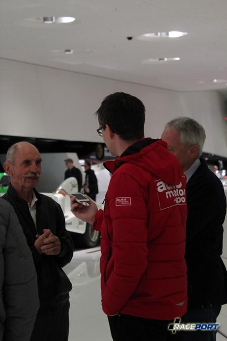 По соседству с экспонатами журналисты из популярного Auto motor und sport брали интервью у кого то )))
