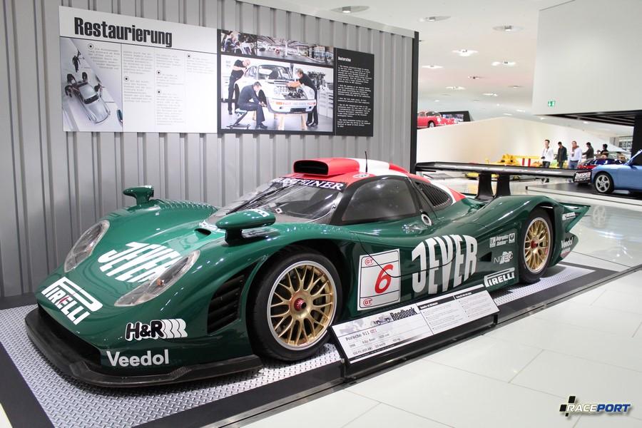 Porsche 911 GT1 1998 г. в. Двигатель оппозитный 6 цил., объем 3220 куб см, мощность 550 л. с., макс. скорость 310 км/ч, вес 950 кг