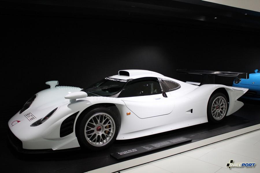 Porsche 911 GT1 1998 г. в. Двигатель оппозитный 6 цил., объем 3163 куб см, мощность 544 л. с., макс. скорость 310 км/ч