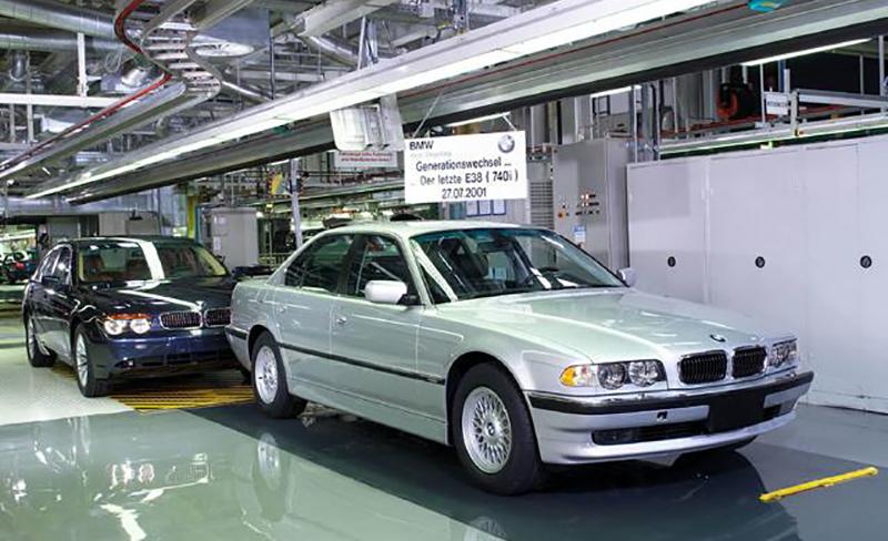 Последняя сошедшая семерка в кузове Е38 с конвейера. Это BMW 740i. Мюнхен 09:06 27 июля 2001 г. На заднем плане стоит первая собранная E65