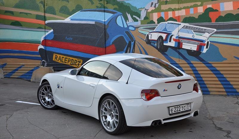 Белоснежная BMW Z4M на парковке компании Рейспорт