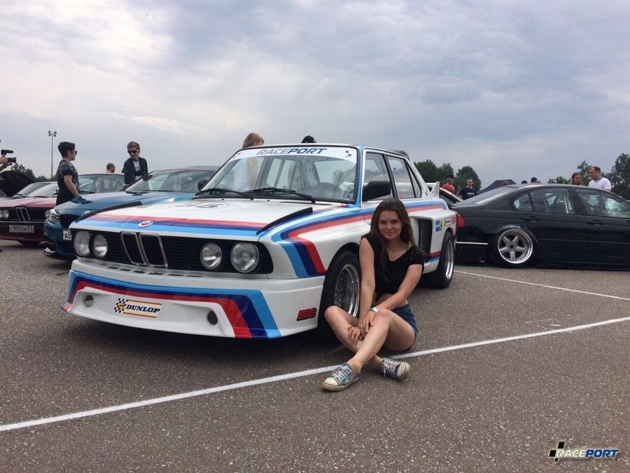 Нам очень приятно, что машина получила столько внимания среди поклонников марки BMW, E28CSL буквально не оставляли не на минуту. Желающих сфотографироваться было очень много - это означает, что машина действительно понравилась людям.