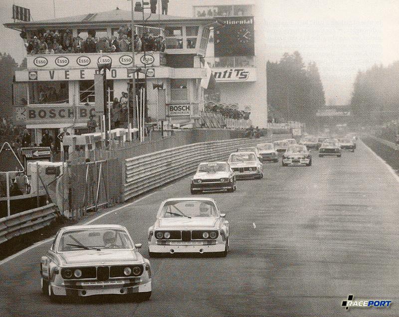 Один из первых раундов немецкого чемпионата по турингу 1973 года. CSL фабричного производства опережают Capris и остальных соперников. Обратите внимание на меньший размер передних спойлеров и отсутствие заднего крыла!