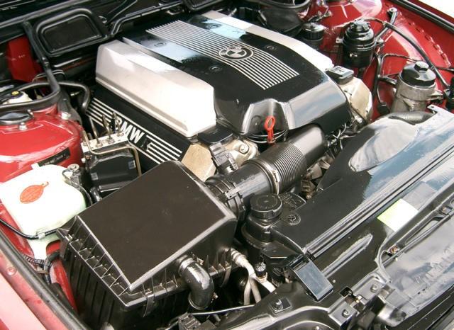 На фото двигатель M62TUB44 с электронной дроссельной заслонкой и Double-Vanos.