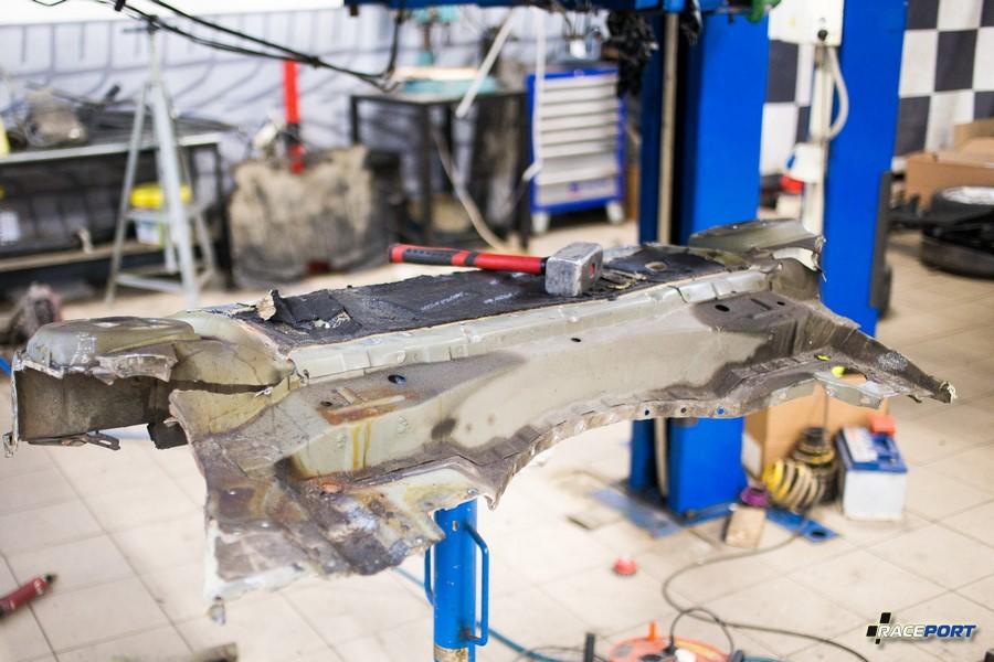 Разрушившаяся деталь от кузова BMW M3 E46