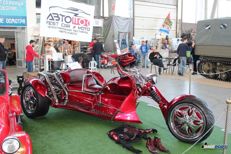 Трайк создан на базе мотоцикла М64 (1968 г.в.) и автомобиля Tatra 613 (1976 г.в.) Мощность 178 л.с.