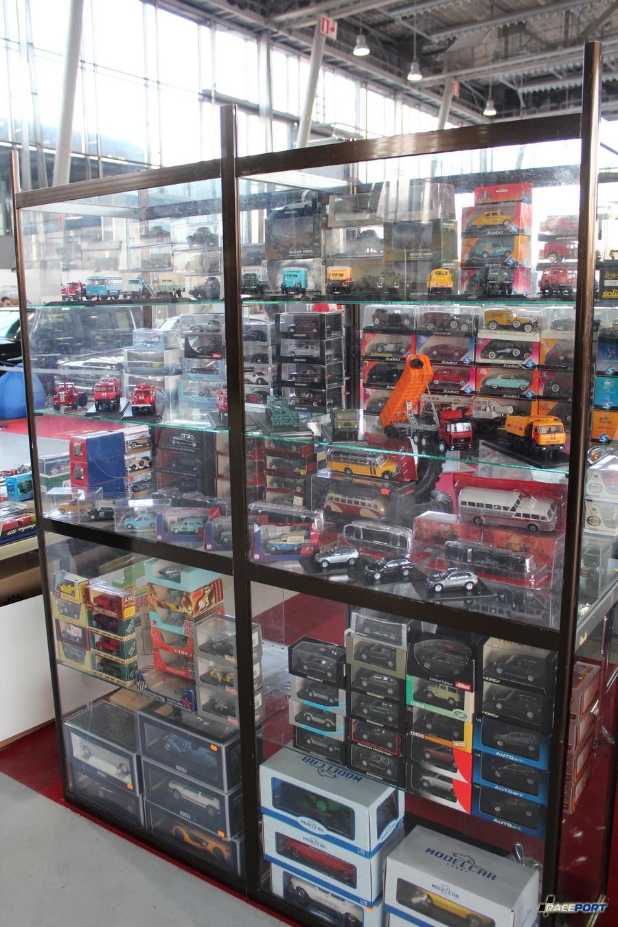 На выставке огромный ассортимент миниатюрных моделей.