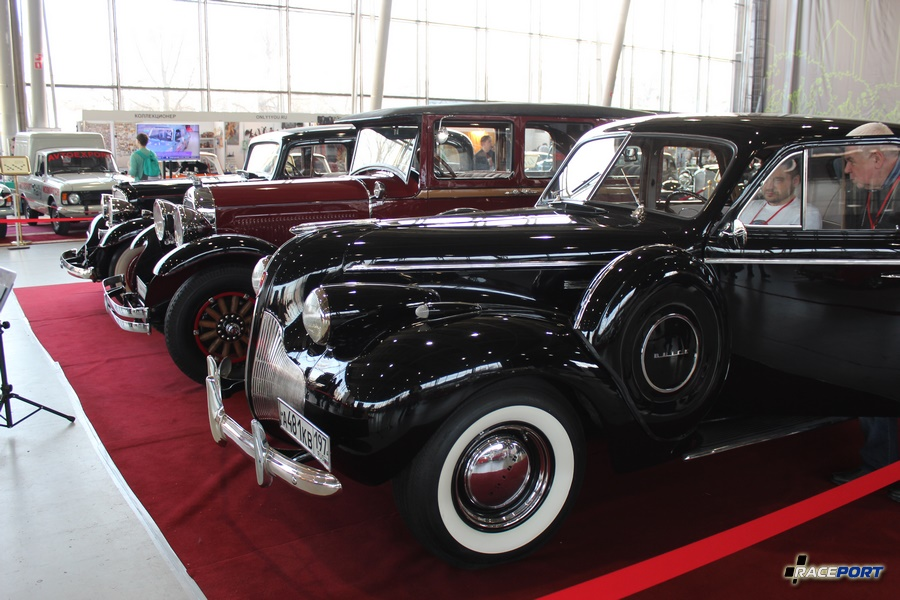На втором плане вишневый Studebaker model President 8, 1928 г. На переднем плане Buick model 41 Special, 1939 г.