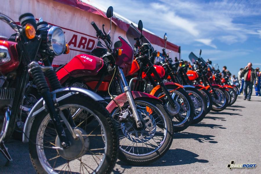 Стенд мотоциклов Ява различных поколений