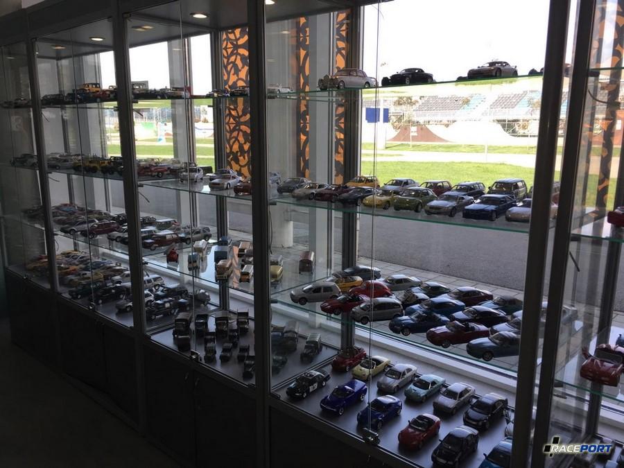Коллекция миниатюрных моделей у входа в музей