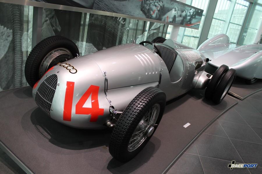 Auto Union Typ C/D 1939 г.в. Двигатель V16 объемом 6005 куб см развивал 520 л. с. при 5000 об/мин. Максимальная скорость 250 км/ч. Достаточно крепкое мужество нужно было иметь, чтобы поддерживать на это сигаре скорость 250 км в час.
