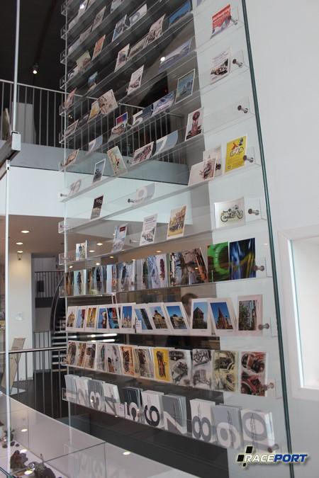 В конце экспозиции Audi Shop Accessories и Ресторан