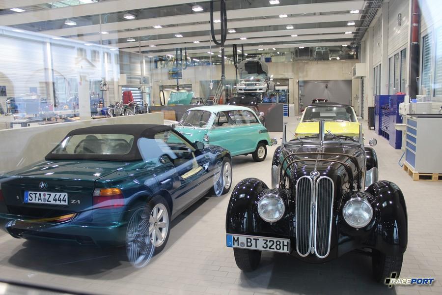 Судя по номерам музейные экспонаты проходят техобслуживание BMW именно в этой мастерской.