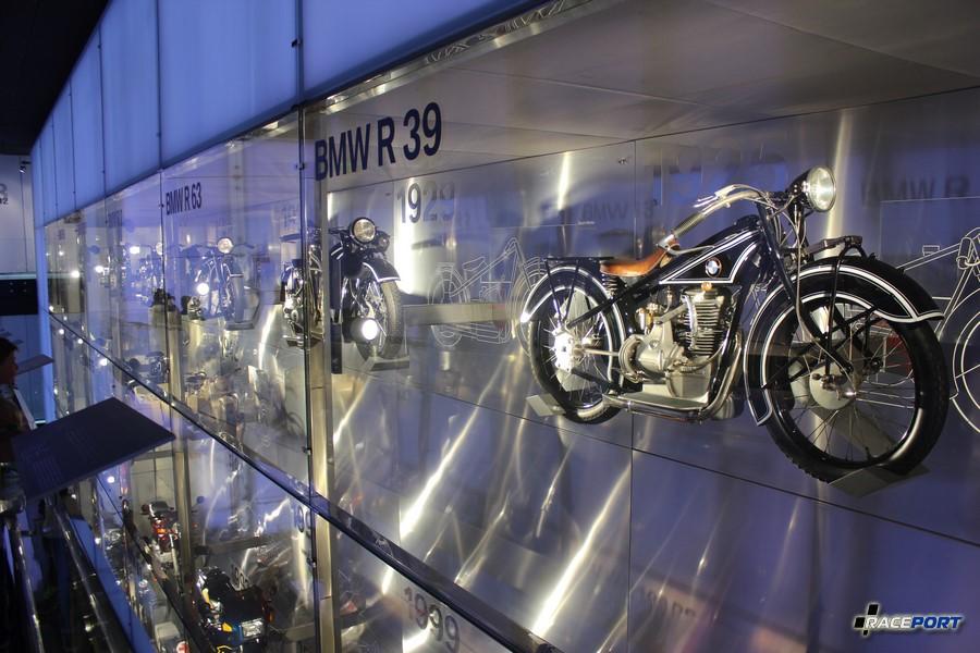 Многоэтажная стена с мотоциклами БМВ разных поколений.