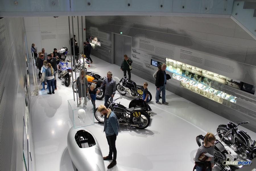 Небольшой зальчик посвященный достижениям компании BMW в мотоспорте. Вид сверху.